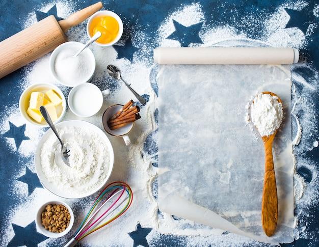 Backkonzept mit mehl und zimtstangen