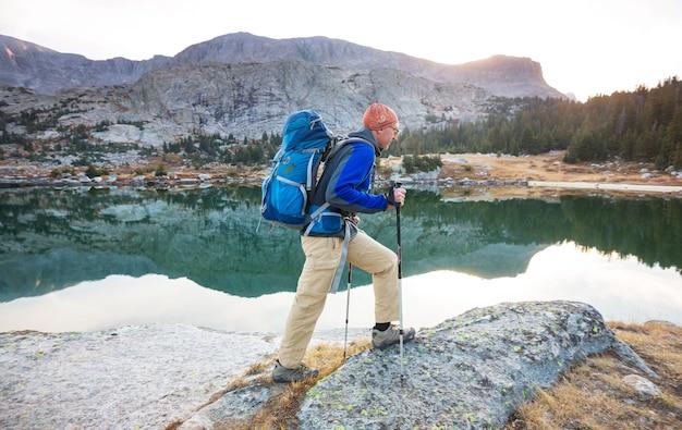 Backpacker bei einer wanderung in den sommerbergen