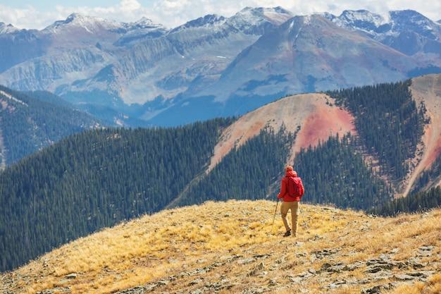 Backpacker bei wanderung in den herbstbergen