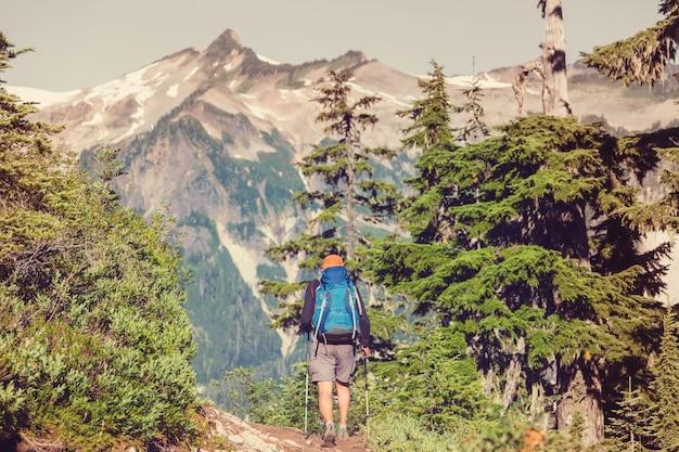 Backpacker in den bergen