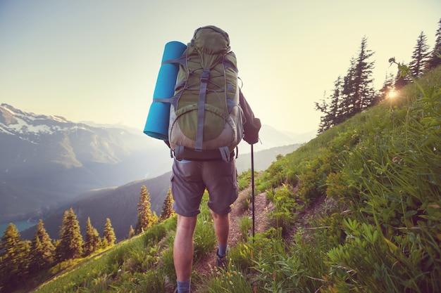 Backpacker in den sommerbergen