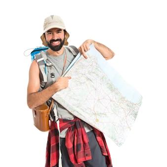 Backpacker mit karte auf weißem hintergrund