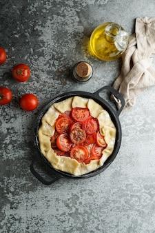 Backpastete mit feta chesse und tomaten, olivenöl und gewürzen kochen