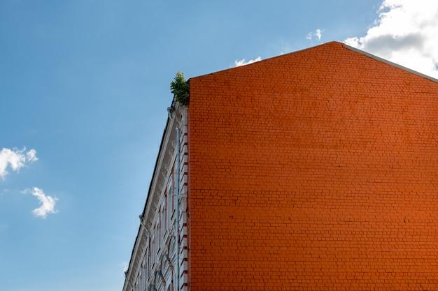 Backsteinhaus eines altbaus gegen den blauen himmel.