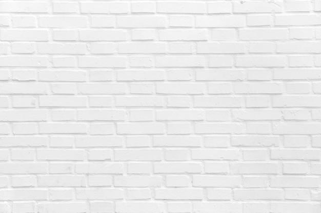 Backsteinmauer in weiß lackiert
