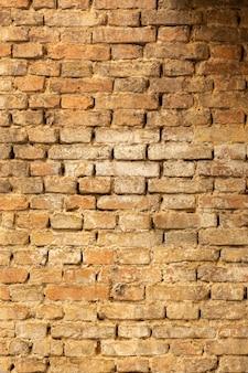 Backsteinmauer mit gealterter oberfläche