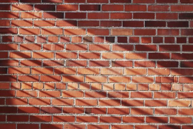 Backsteinmauer mit linienschatten