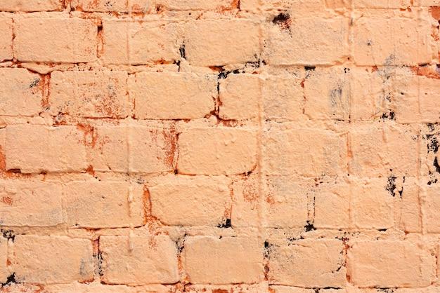 Backsteinmauer mit orange farbe gestrichen