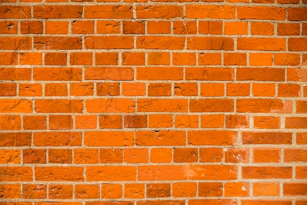 Backsteinmauer mit ziegeln und beton