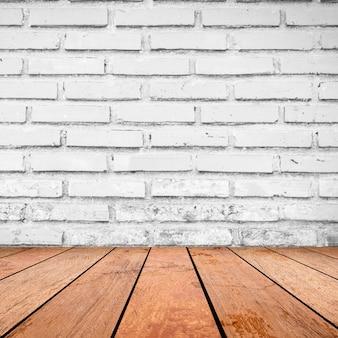Backsteinmauerhintergrund mit retro- brauner hölzerner tischplatte