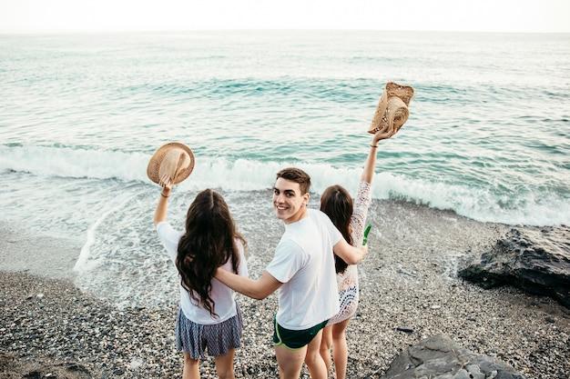 Backview von drei freunden am strand