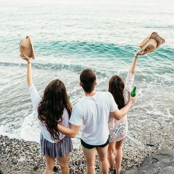 Backview von freunden am strand