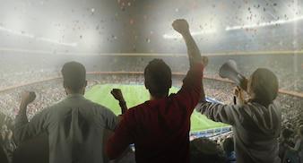 Backview von Fußballfans im Stadion