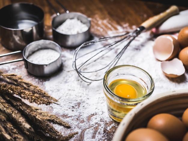 Backzubehör bäckerei mit mehl und schneebesen.