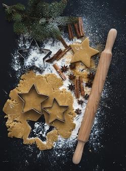 Backzutaten für traditionelle lebkuchenplätzchenvorbereitung des weihnachtsfeiertags, schwarz