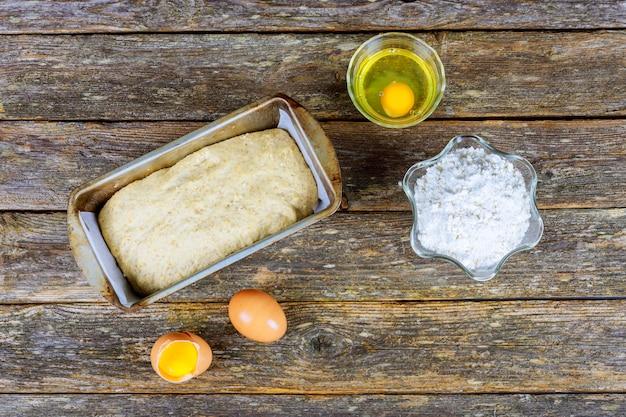 Backzutaten - mehl, butter, eier, zucker. backwaren auf mehlbasis: brot, kekse, kuchen, gebäck und kuchen.