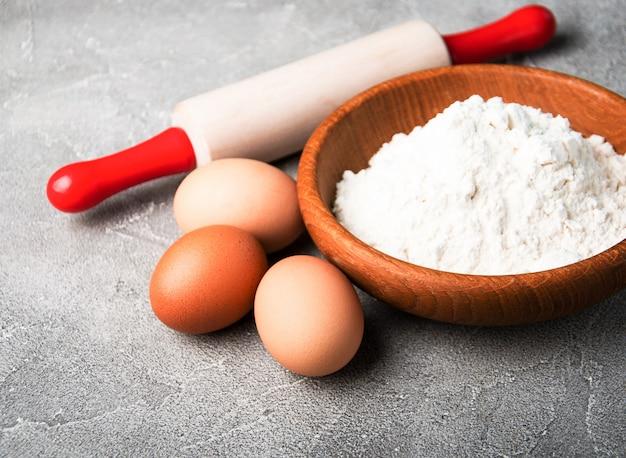 Backzutaten - mehl, eier und pin