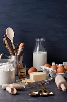 Backzutaten und küchenutensilien zum kochen und backen