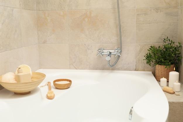 Bad mit persönlichem hygienezubehör im hellbeigen badezimmer