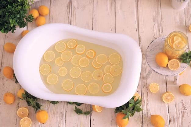Bad mit zitronen. limonade mit kräutern und blumen. entspannungsbereich spa