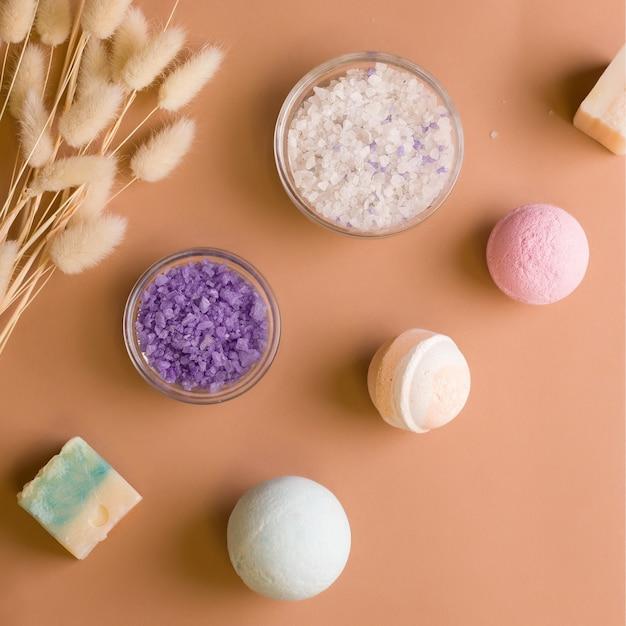 Bade- und entspannungsprodukte. badebomben, salz, seife auf braunem hintergrund