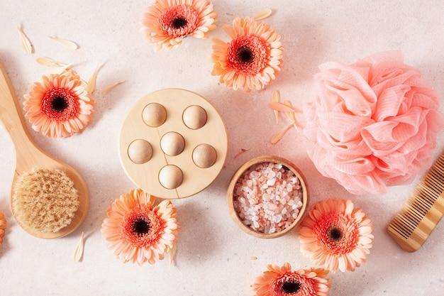 Bade- und körperpflegeprodukte sowie gänseblümchenblumen. naturkosmetik für die spa-behandlung zu hause
