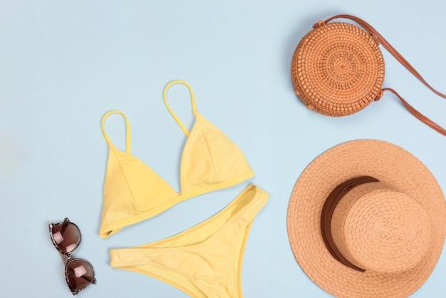 Badeanzug mit sonnenbrille und strohhut für den sommer. flatlay, textfreiraum