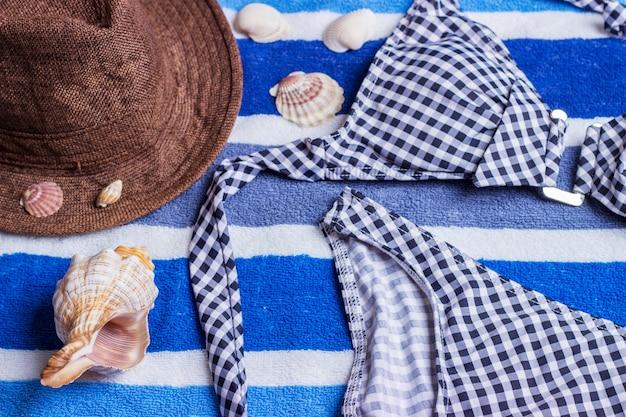 Badeanzug mit strandzubehör auf blau