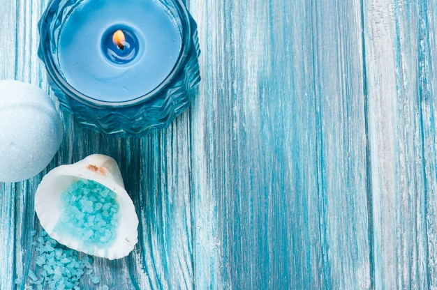 Badebombenahaufnahme mit blau beleuchteter kerze