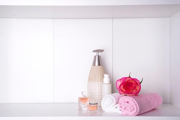 Badekosmetik und -blume stiegen, getrennt auf weiß. dayspa naturprodukte