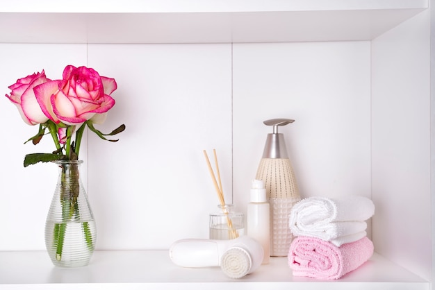 Badekosmetik und -blume stiegen, getrennt auf weiß