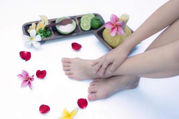 Badekur und produkt für füße badekurort mit blumen und wasser