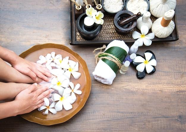Badekur und produkt für weiblichen fußbadekurort, thailand. wählen sie und weicher fokus