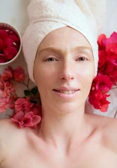 Badekurort blüht entspannende massagetheraphie. frau dreißig bis vierzig jahre
