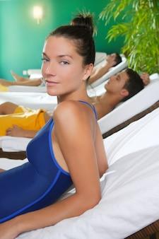Badekurort entspannen sich schönes mädchen der raumhängemattenreihe