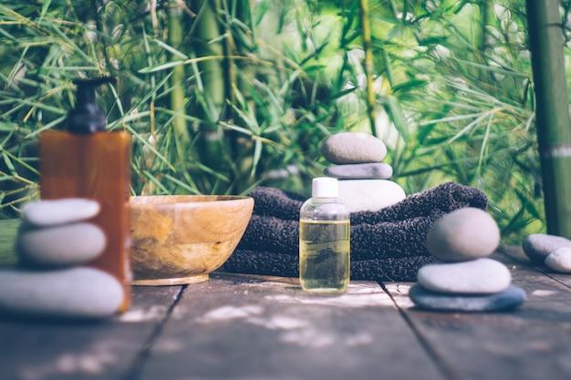 Badekurort mit bambusblättern und steinen