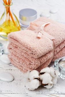 Badekurort oder wellnesskonzept mit baumwolltüchern, seife und seesalz