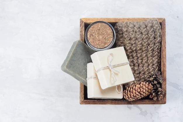 Badekurort, schönheitskincare-körperkonzept. handgemachte seife, kaffee-körperpeeling und körperbürste aus holz