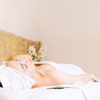 Badekurort- und massagekonzept mit entspannter frau