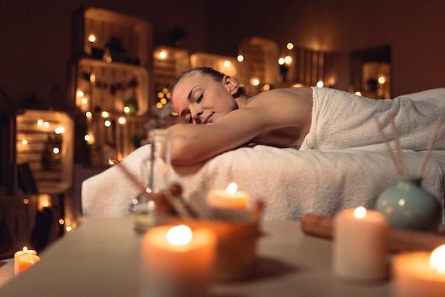 Badekurort- und massagekonzept mit frau