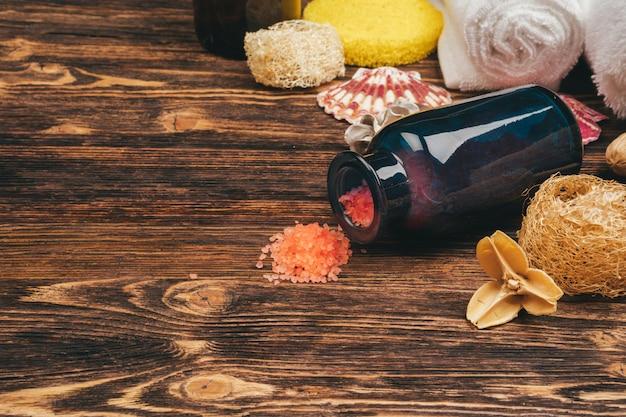 Badekurort- und schönheitsbedrohungsprodukte auf hölzerner, draufsicht