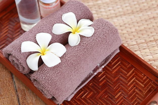 Badekurort- und wellnesseinstellung mit frangipaniblumen. konzept für spa und thai-massage