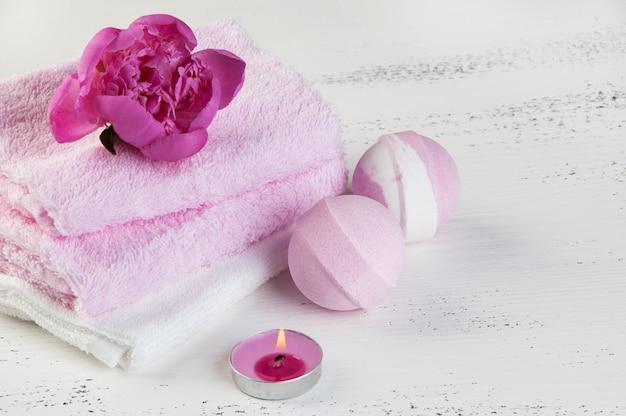 Badekurort-zusammensetzung mit badebomben und rosa pfingstrose