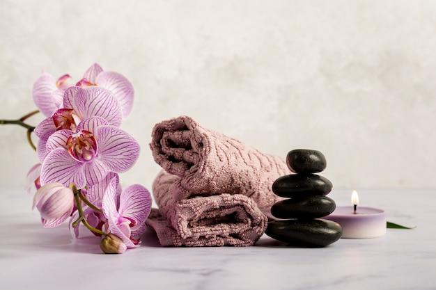 Badekurortdekoration mit schönen blumen und steinen