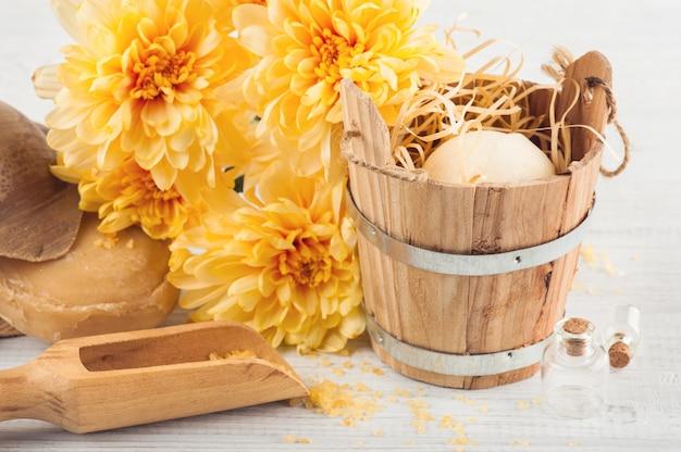 Badekurorteinstellung mit gelben gänseblümchenblumen, cosmetcics