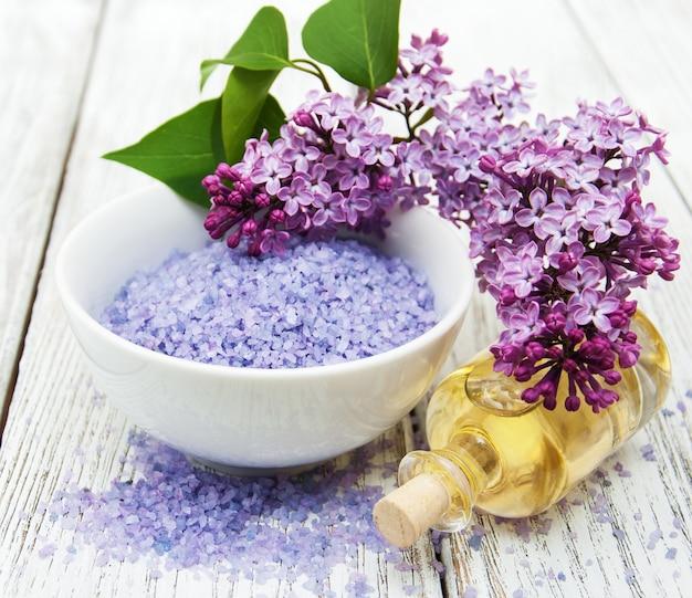 Badekurorteinstellung mit lila blumen