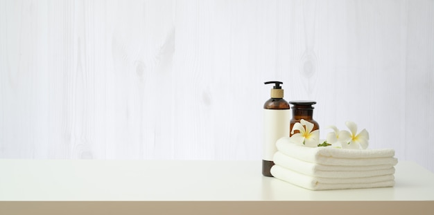 Badekurorteinstellung mit plumeriablume und flasche des ätherischen öls