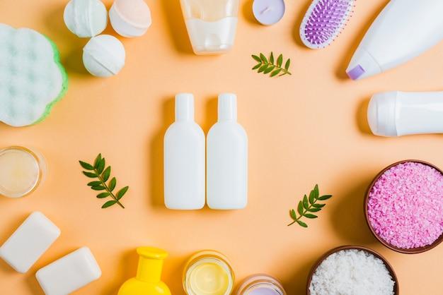 Badekurortkosmetikprodukte auf farbigem hintergrund