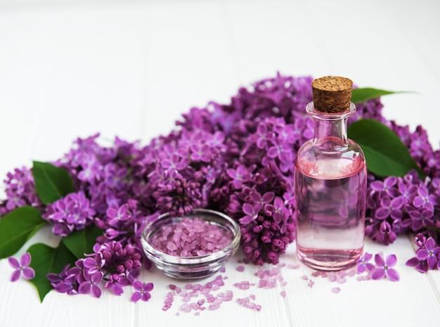 Badekurortprodukte und lila blumen