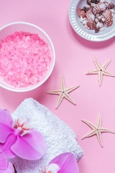Badekurortschönheitskosmetik auf rosa tabelle von oben